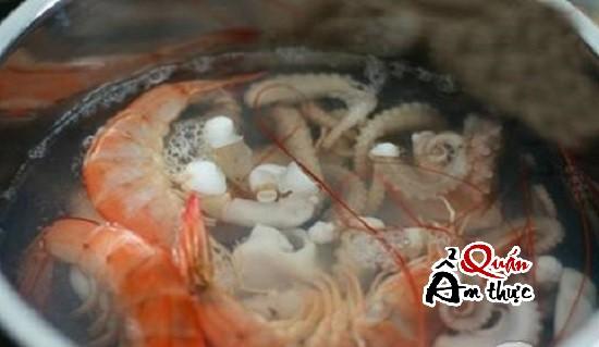 luộc tôm, bạch tuộc làm bánh Takoyaki