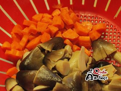 Rửa sạch cà rốt và nấm.