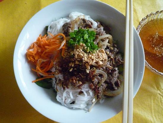 bun-thit-bo-xao-hanh-tay Cách làm bún thịt bò xào hành tây ngon ngất ngây