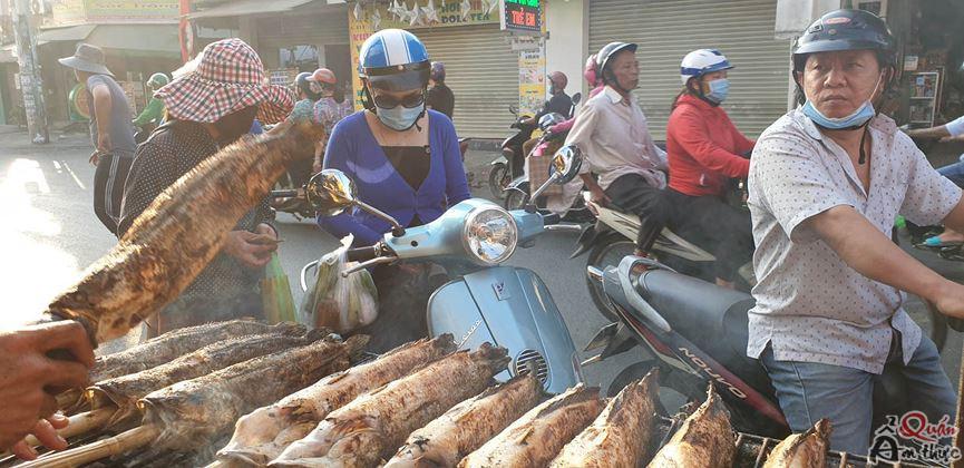 phố-cá-lóc-1 'Phố cá lóc nướng' Sài Gòn đông nghịt người ngày vía Thần tài